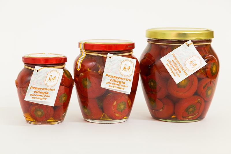 peperoncini ciliegia piccanti con acciughe